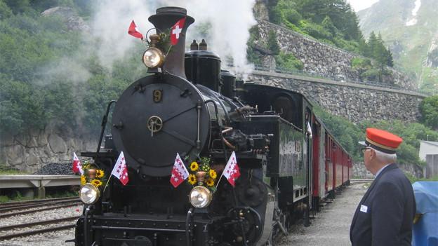 Die historische Dampfbahn fährt in Gletsch ein.