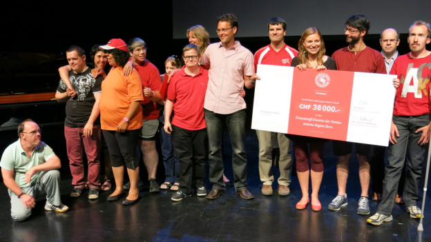 Sie bringen den Insieme Treff Domino zum Leben: Behinderte und Betreuer bei der Preisübergabe.