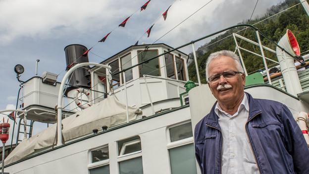 Dampferfreund Gerhard Schmid vor der «Lötschberg».
