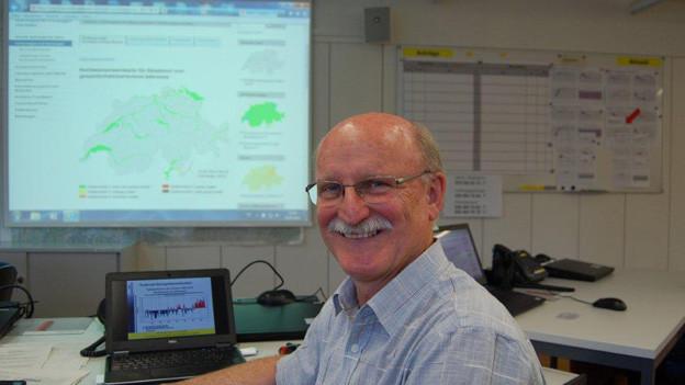 Hans Peter Willi vom Bafu überwacht das Hochwasser