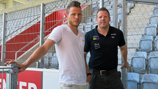 Fussballer Stefan Glarner (links) und sein Bruder Matthias im Stadion des FC Thun.