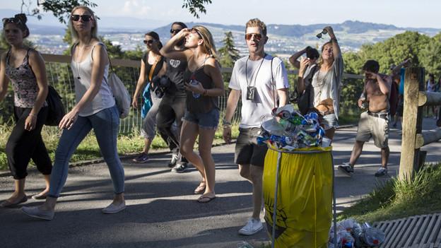 Zu Fuss statt per Bahn: Besucher des Gurtenfestivals.