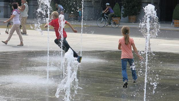 Das Wasserspiel ist eine Attraktion, besonders für Kinder.