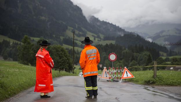 Bereits Ende Juli mussten nach Unwettern im Kanton Bern Strassen gesperrt werden. Im Bild die Strasse nach Bumbach Dorf.