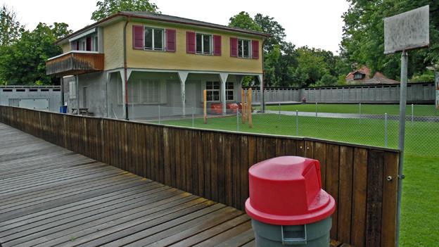Der Kindergarten mit dem Blick in die Badi.