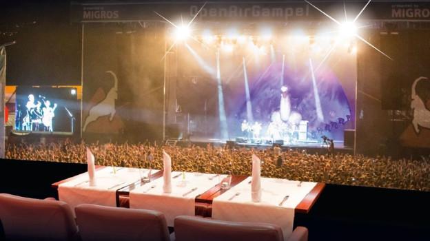 Ungewohnte Kombination: Das Nobelrestaurant und die Festival-Bühne.