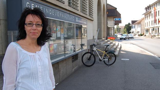 Gemeinderatspräsidentin Rita Sampogna vor dem Gemeindehaus Oberburg.