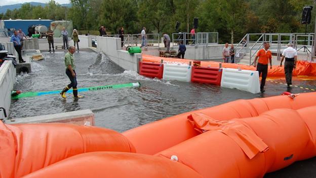 Simulierte Hochwasser auf dem Waffenplatz Wangen a.A.: Die Absperr-Schläuche und -Elemente müssen beweisen, was sie taugen.