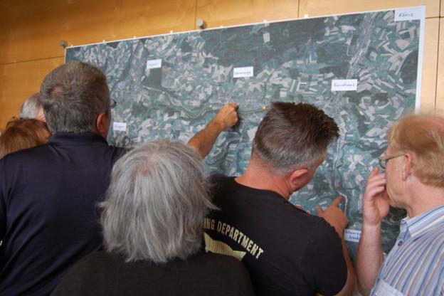 Gedränge am Luftbild der Sense: Rote Punkte markieren Handlungsbedarf, gelbe Punkte stehen für Flussabschnitte, die der Bevölkerung wichtig sind.