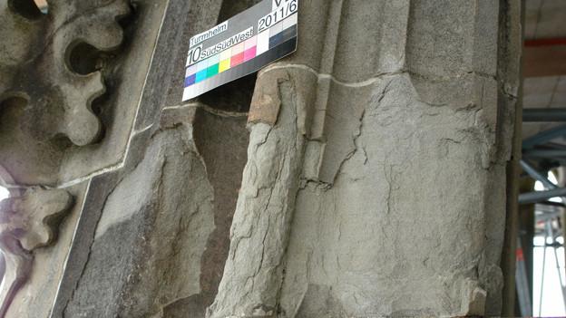 Seit dem Mittelalter ein bekanntes Bild am Berner Münster: verwitterter Sandstein, ewige Arbeit für die Steinmetze.