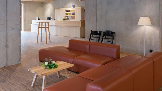 Designmöbel und Sichtbeton: So sieht der Aufenthaltsraum der Jugendherberge Saanen aus.