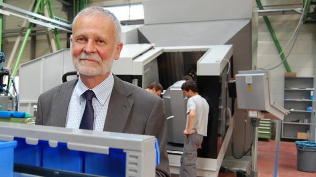 Firmenchef Ralph Liechti in der Montagehalle in Langnau.