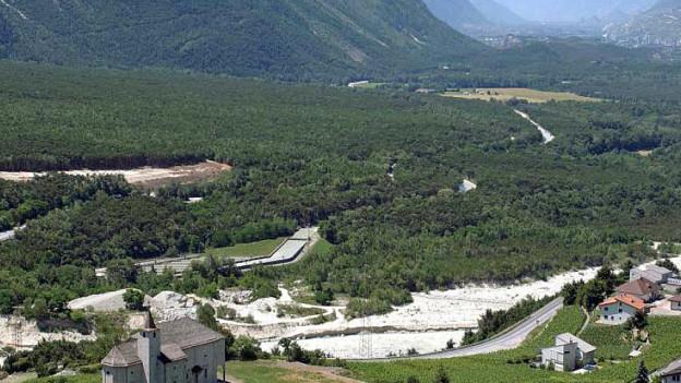Im geschützten Föhrenwald im Pfyn (gesehen von Leuk, Richtung Siders) soll die Autobahn am Ende «unsichtbar» verlaufen.