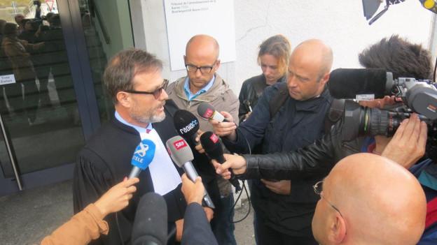 Anwalt des getöteten Autodiebes stellt sich den Fragen der Journalisten.
