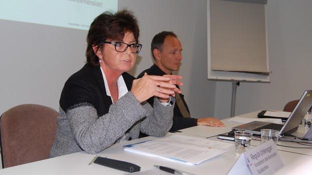 Die bernische Sozialamtschefin Regula Unteregger und ihr Stellvertreter André Gattlen präsentieren das heisse Papier.