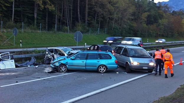 Fünf Autos und ein Roller verunfallten auf der A6 bei Uetendorf.