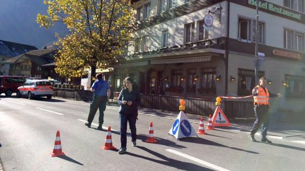 Die Polizei hat die Zufahrtsstrasse zum Bahnhof abgesperrt.