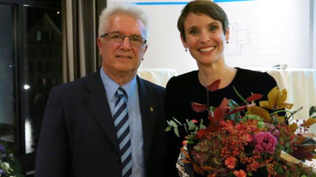 Blumen für die Kandidatin von Kantonalpräsident Pierre-Yves Grivel.