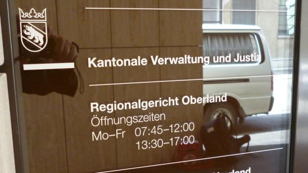 Der Eingang zum Gerichtsgebäude in Thun. Die Öffentlichkeit ist vom Prozess ausgeschlossen.