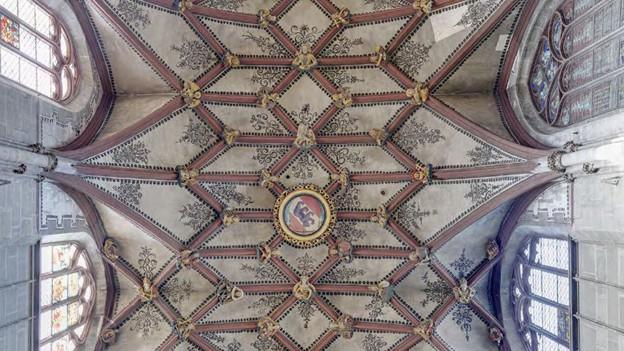 Am Chorgewölbe befinden sich 87 Figuren und viele Berner Wappen.