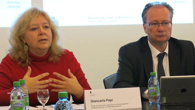 Giancarla Papi, Vorsteherin des kantonalen Bau- und Raumplanungsamts, informiert über die Baulandreserven. Rechts Staatsrat Maurice Ropraz.