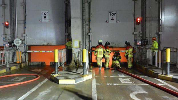 Feuerwehr löscht Kehrichtbrand in der KVA Bern
