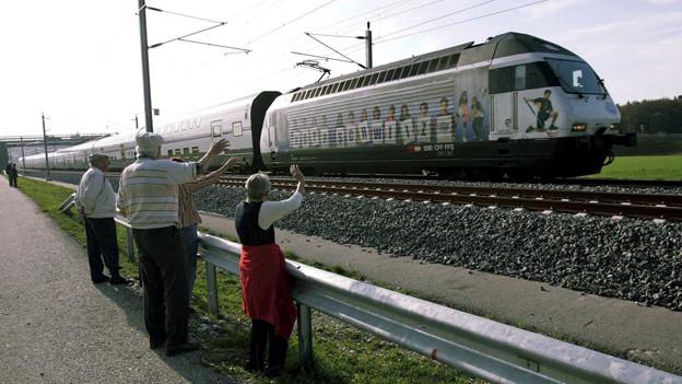 Einer der ersten Züge, die im Oktober 2004 die Neubaustrecke befuhren.