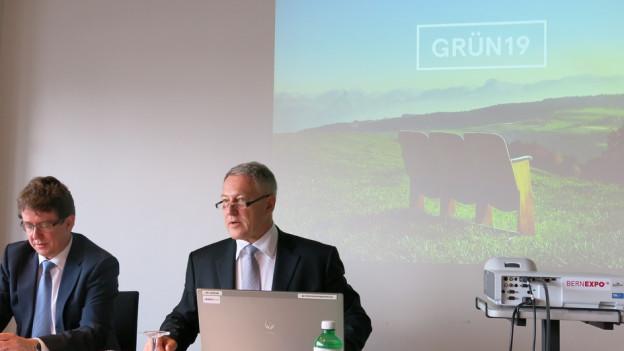 Vereinspräsident Urs Berger informiert über die «Grün 19», links Vizepräsident Albert Rösti.