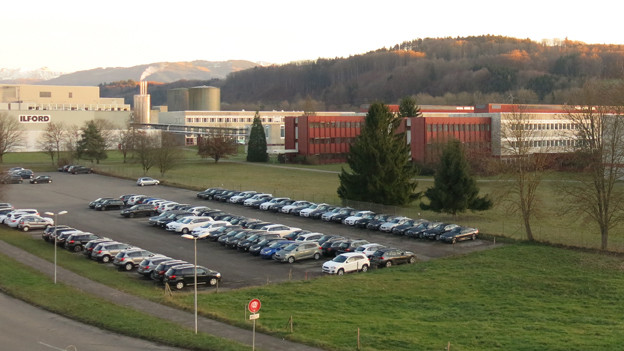 Nur noch das Ilford-Logo erinnert an den Fotopapierhersteller. Doch der volle Parkplatz zeugt von neuer Aktivität.