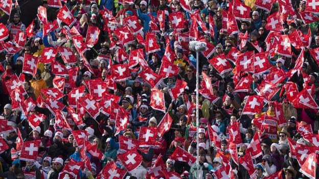 Ein rot-weisses Fahnenmeer bei der Abfahrt am Sonntag: 52'000 Zuschauer kamen an die Lauberhorn-Rennen.