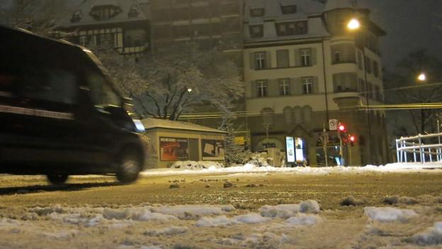 Auch im Berner Monbijouquartier mussten die Autofahrer wegen des Schnees vorsichtig fahren.