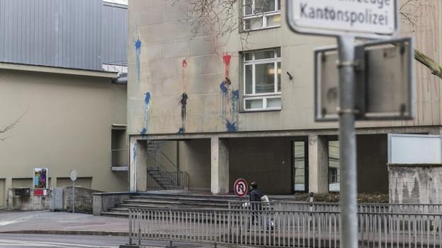 Farbspuren zeugen vom Angriff von Unbekannten gegen die Kantonspolizei Bern im Bereich der Polizeiwache Waisenhaus.