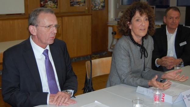 Die Regierungsräte Philippe Perrenoud (links) und Barbara Egger erklären ihren Entscheid.