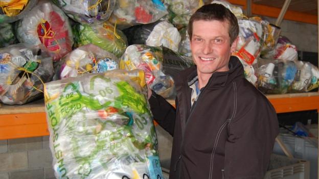 Philipp Küffer aus Tafers mit der Plastik-Sammel-Beute eines Morgens.