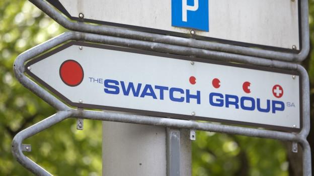 Zahlreiche Wegweiser führen zu Swatch-Unternehmen im Kanton Bern.