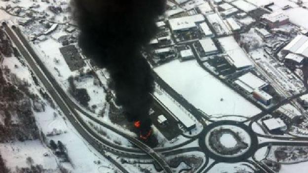 Beim Unfall Ende Januar geriet ein LKW in Brand. Die ausgelaufene Ladung verschmutzt seither die Umwelt.