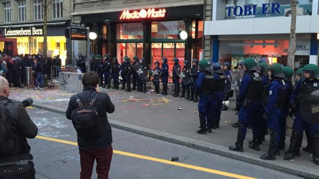 Mehrere hundert Aktivisten demonstrierten, viele Polizisten waren vor Ort.