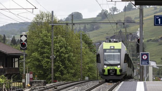 BLS-Zug bei Einfahrt in Bahnhof.
