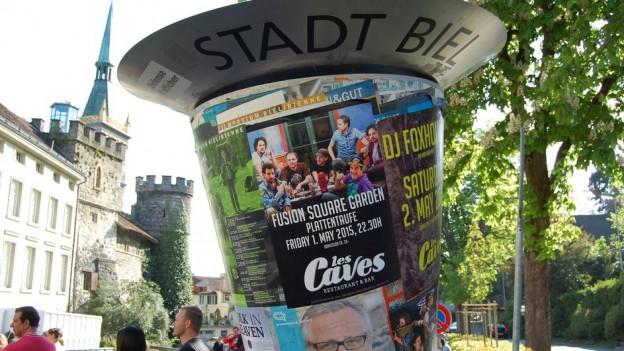 Passend zur Debatte: Eine Kultur-Plakatsäule auf dem Platz vor dem Bieler Stadtparlament.