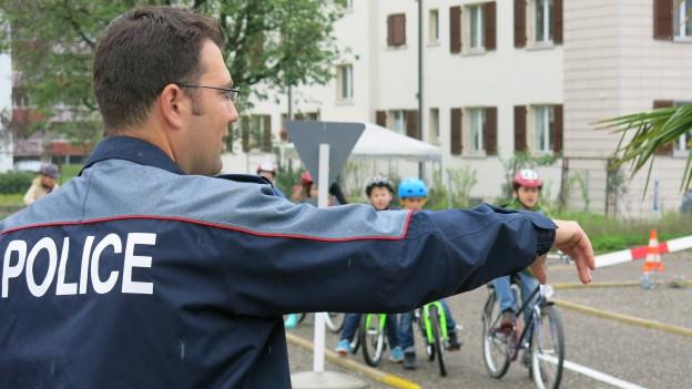 Verkehrsinstruktor Michael Baum zeigt den Kindern in Biel wies geht.