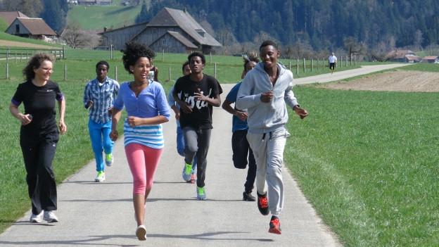 Junge Asylbewerber voller Enthusiasmus am Trainieren