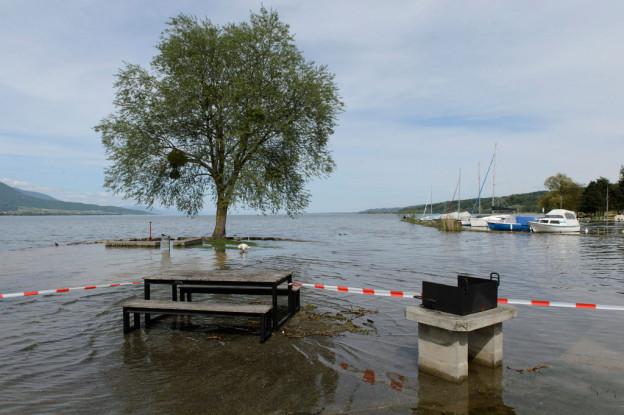 Die drei Seen - hier der Neuenburgersee bei Yverdon - sind randvoll.