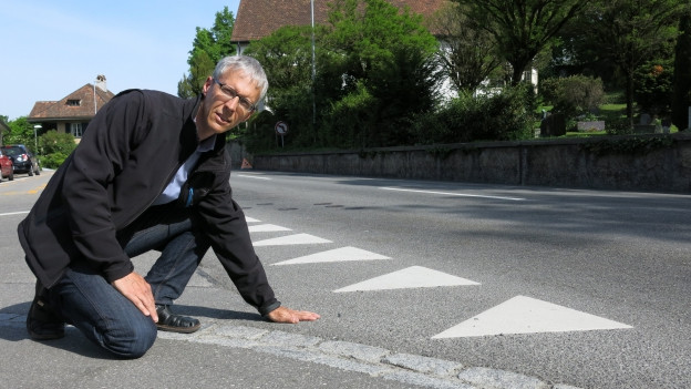 Kantonsoberingenieur Stefan Studer inspiziert in MKantonsoberingenieur Stefan Studer inspiziert in Muri bei Bern die Teststrecke für den Flüsterbelaguri bei Bern die Teststrecke für den Flüsterbelag