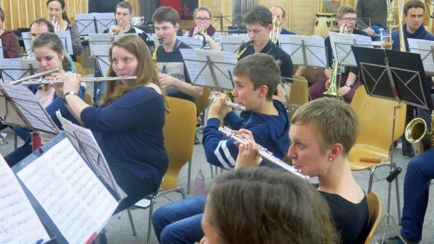Die Musikgesellschaft Giffers-Tentlingen übt für das Musikfest.