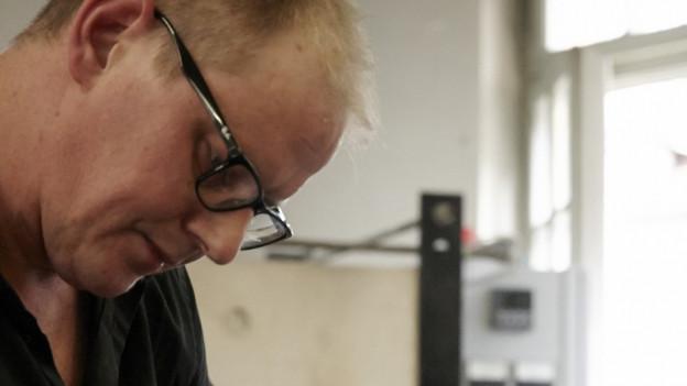 Der Berner Glasbläser Thomas Blank bei der Arbeit.
