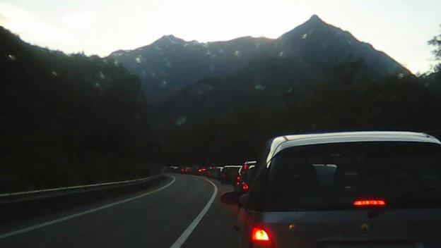 Eine lange Autokolonne staute sich am Sonntag nach Auffahrt vor der Schweizer Grenze.