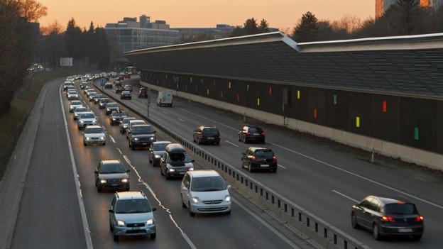 Vor allem Autofahrer sind von der Kürzung des Pendlerabzuges betroffen.