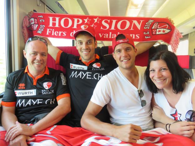 Walliser Fans im Hoch - ihr FC Sion holt zum 13. Mal den Cup.