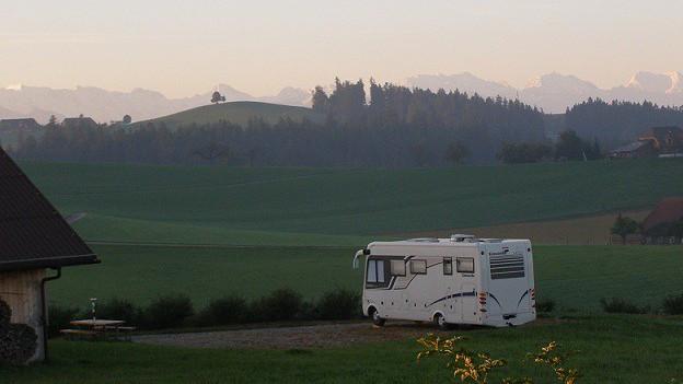 Wohnmobil vor der Alpenkette.