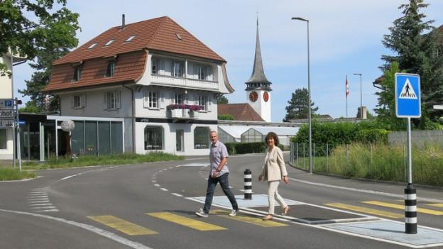 Baudirektorin Barbara Egger und Pierre Ballmann vom Tiefbauamt gehen in Belp sicherer über die Strasse.